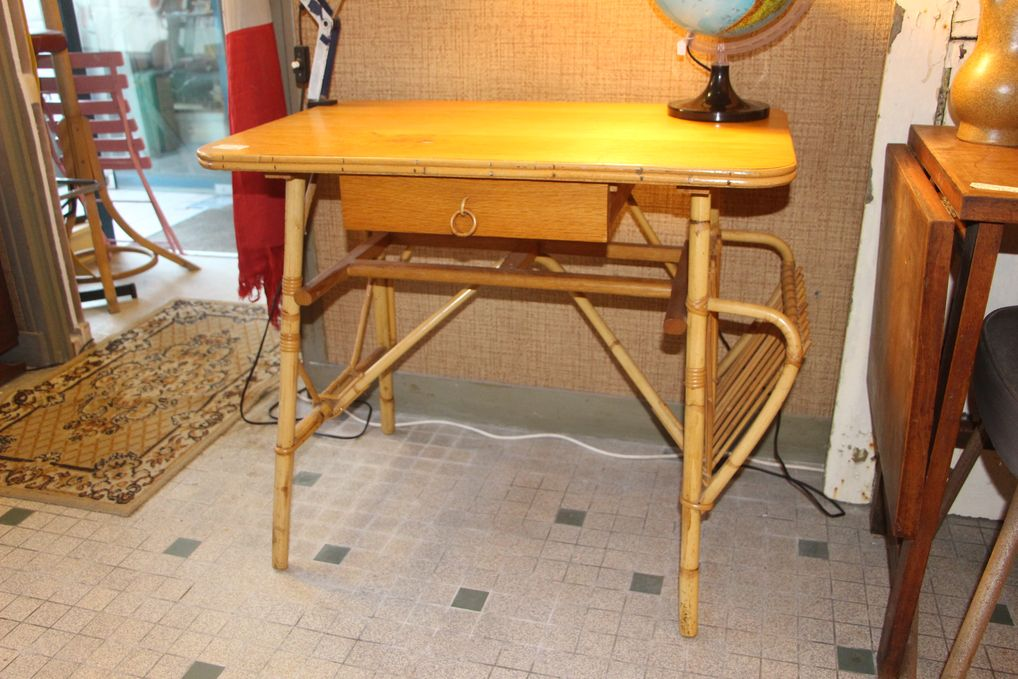 Salon bureau clair rond kalashnikov mot tv et meuble lampe osier